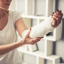 Patah tulang tangan dapat ditandai oleh beberapa gejala