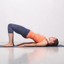 Gerakan yoga untuk meninggikan badan antara lain child's pose, mountain pose, shoulder opener, dan bridge pose