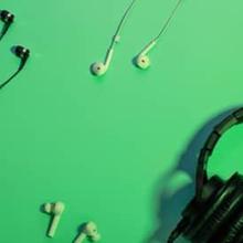Perbedaan headset vs headphone vs earphone dapat dilihat dari fitur dan kegunaannya
