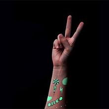 Glow in the dark tattoo atau tato yang bisa menyala dalam gelap terlihat lebih unik dari tato biasa