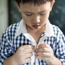 Mengajarkan anak cara memakai baju dapat meningkatkan keterampilan motoriknya