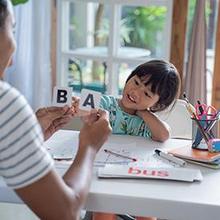 Proses belajar membaca anak SD tetap membutuhkan pendampingan orangtua.
