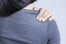 Tulang belikat sakit dapat disebabkan oleh mengangkat beban yang terlalu berat