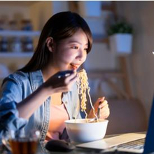 kebiasaan makan yang membuat berat badan naik dan gemuk
