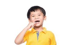 Cara mencabut gigi anak di rumah yang benar bukanlah dengan benang