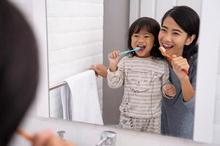 Pilih pasta gigi anak yang aman jika tertelan namun tetap mengandung fluoride