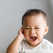 Benjolan di belakang telinga bayi dapat disebabkan oleh infeksi, masalah kulit, hingga pembengkakan getah bening