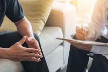 Terapi psikologi dilakukan dengan cara mengobrol antara pasien dengan psikolog