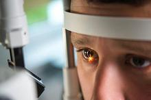 Ciri khas katarak sama di berbagai usia, yakni titik putih atau abu pada bagian pupil mata. Namun, terdapat perbedaan penyebab katarak pada lansia dan anak-anak