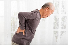 Mengenali penyebab sakit pinggang pada lansia bisa membantu Anda menemukan perawatan yang tepat