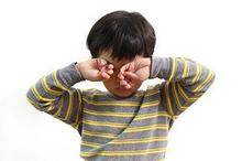 Mengucek mata bisa menjadi salah satu gejala adanya Gangguan mata pada anak