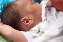 Tindik telinga bayi sebaiknya dilakukan jika bayi sudah berusia lebih dari 2 bulan