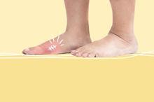 Luka di kaki penderita diabetes biasanya terjadi karena memakai sepatu yang terlalu sempit atau adanya kerikil di dalam sepatu.