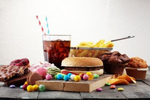 Makanan pantangan penyakit liver adalah gorengan, daging olahan, dan makanan kemasan