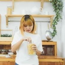 Ngemil snack di sela-sela jam makan membuat Anda terhindar dari makan berlebihan