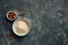 Tepung almond terbuat dari almond yang digiling dan disaring