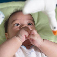 Bayi melihat ke atas dapat terjadi akibat jarak pandangnya yang terbatas