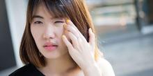 Mata sering berkedip dapat disebabkan oleh kondisi mata kering dan mata lelah