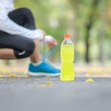 TIga jenis minuman olahraga adalah minuman isotonik, hipotonik, dan hipertonik
