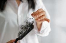 Rambut rontok saat menyusui disebabkan oleh faktor hormonal