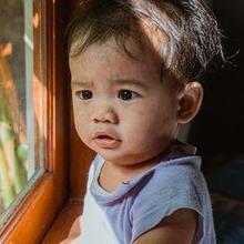 Cara mengatasi biang keringat pada kepala bayi dapat dilakukan dengan cara rumahan