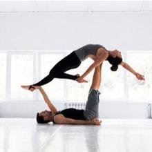 Acroyoga adalah olahraga yang menggabungkan akrobat dan yoga