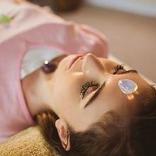 Crystal healing adalah pengobatan alternatif menggunakan batu kristal yang dipercaya memberikan efek positif dalam tubuh