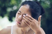 Kedutan di salah satu sisi wajah dapat disebabkan oleh hemifasial spasme