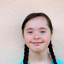 Wajah Down syndrome memiliki ciri berupa mata yang meruncing.