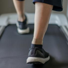 Olahraga low impact seperti berjalan di treadmill intensitasnya rendah
