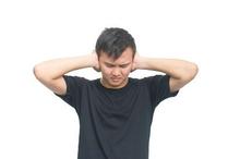 Penderita misophonia akan merasa terganggu dengan suara tertentu seperti suara mengunyah, bernapas, menelan, maupun mendengkur