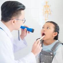 Ciri-ciri amandel meradang adalah sakit tenggorokan, sulit menelan, dan amandel terlihat bengkak