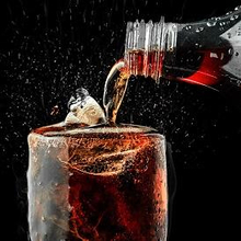 Minuman yang mengandung kafein antara lain minuman bersoda dengan Cola