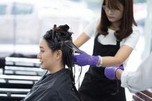 Zat kimia dalam pewarna rambut jumlahnya hanya sedikit dan tidak terserap oleh janin saat mewarnai rambut saat hamil