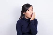 Mulut bau bawang dapat mengganggu penampilan dan turunkan rasa percaya diri.