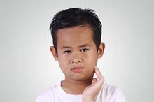 Parotitis atau gondongan dapat ditularkan antarmanusia melalui semburan bersin atau batuk.