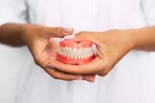 Tidak boleh pasang gigi palsu tanpa cabut akar gigi karena bisa picu infeksi
