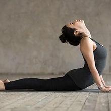 gerakan olahraga untuk mengencangkan payudara cobra pose