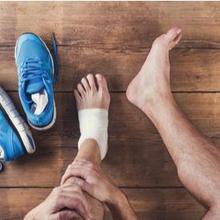 Penanganan cedera olahraga bisa dilakukan dengan membalut bagian yang mengalaminya