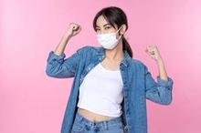 wanita sehat minum suplemen daya tahan tubuh saat pandemi