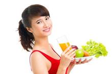 Makan buah dan sayur dapat memberikan nutrisi esensial yang tibutuhkan oleh tubuh