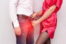 Penularan sifilis paling sering terjadi karena berhubungan seksual dengan penderita