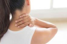Sakit leher belakang atau leher belakang sakit dapat diatasi dengan beberapa cara