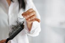 Rambut rontok setelah melahirkan bisa diakibatkan oleh fluktuasi hormon estrogen.
