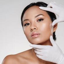 Dokter kecantikan adalah dokter yang menangani masalah seputar perawatan kecantikan