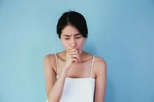 wanita sesak napas dan batuk mencari pertolongan pertama bila keracunan zat melalui hidung