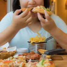 Makan cepat dapat menyebabkan Anda mengonsumsi kalori berlebihan