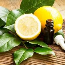 Minyak lemon adalah minyak esensial yang disarikan dari buah lemon