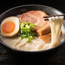Raman adalah mie khas Jepang yang bisa disajikan dengan beragam topping