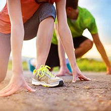 Alat olahraga lari yang penting antara lain adalah sepatu